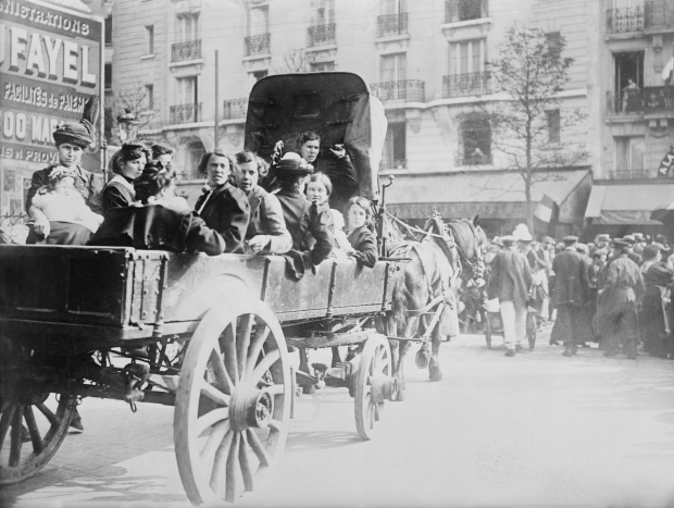 Refugees_from_Belgium_in_Paris,_1914.jpg